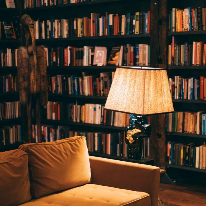 Eine Bücherwand kann minimalistisch sein