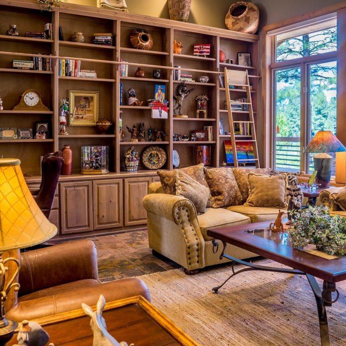 Ein Wohnzimmer mit viel Deko kann minimalistisch sein.