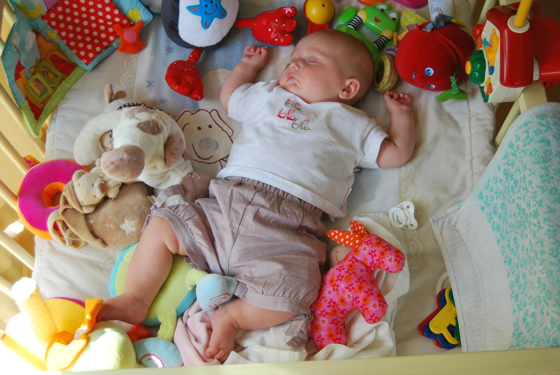 Baby inmitten von viel Spielzeug