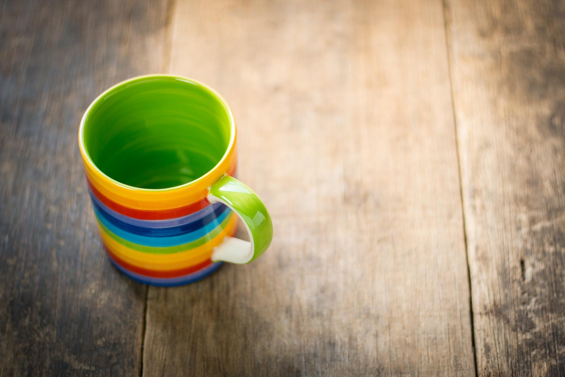 Kaffeetasse auf dem Tisch - Symbol für den Besitztumseffekt