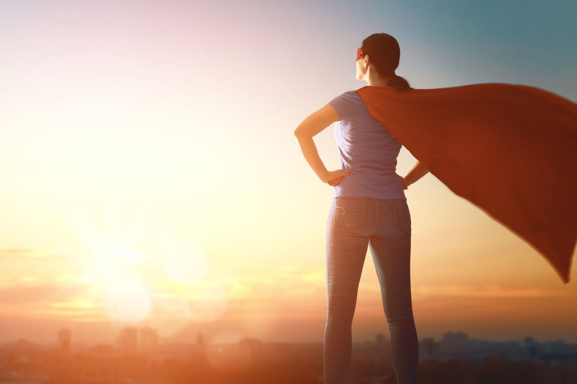 Superheldin im Sonnenaufgang