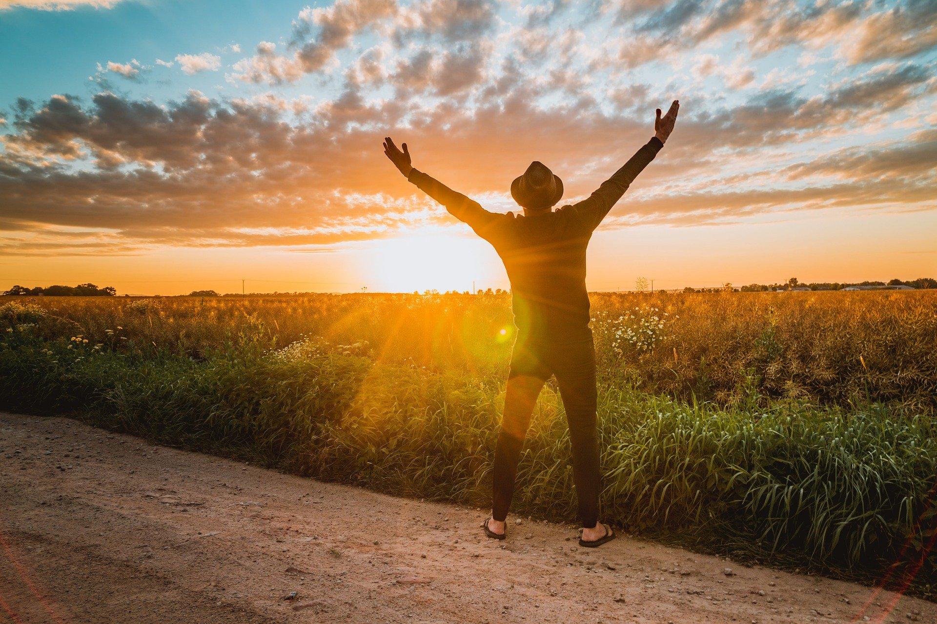 Ein Mann fühlt sich frei